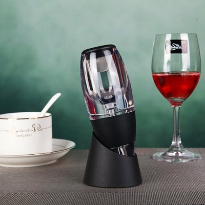 Met deze handige wijn beluchter is je wijn net zo snel belucht als dat je hem in kunt schenken.