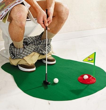Gebruik je toilet bezoek om je golf skills te verbeteren met deze toilet golf set.