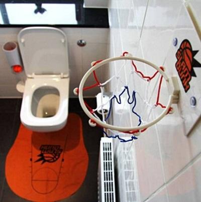 Met deze toilet basketbal set hoef je je nooit meer te vervelen als je lang werk hebt op de wc.