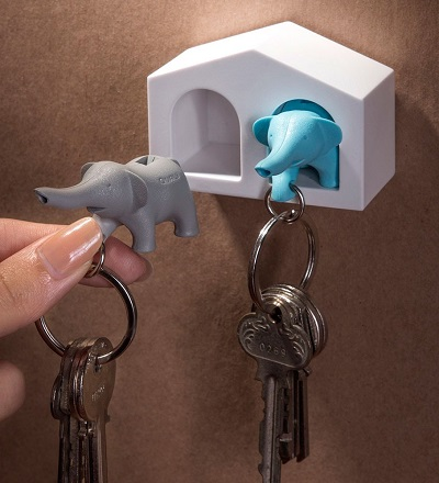 Twee olifanten sleutelhanger in een sleutelhouder huisje.