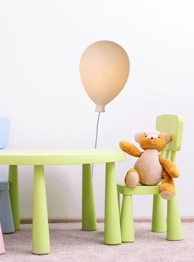 Lucide Balloon hanglamp in kinderkamer met teddybeer op de voorgrond.