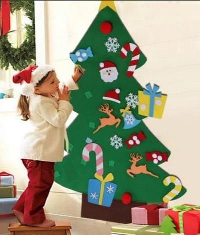 Vilten kinder kerstboom met klittenband ornamenten in een woonkamer.