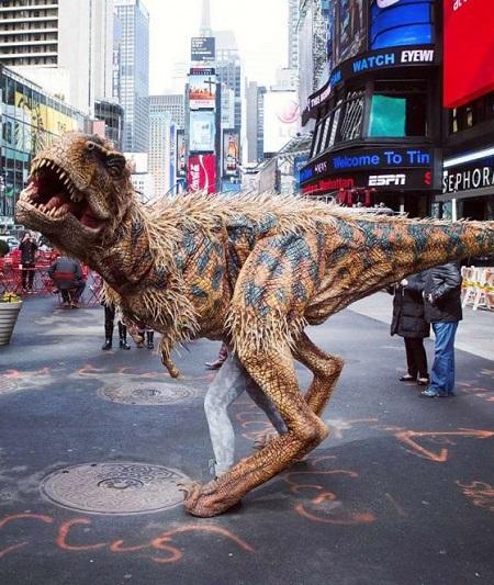 Dinosaurus pak met stemgeluiden, knipperende ogen en levensechte bewegingen.