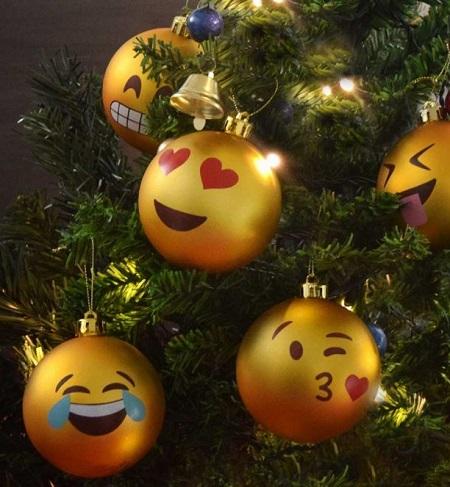 Emoji kerstballen in een kerstboom