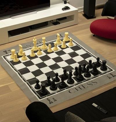 Mega groot schaakspel in woonkamer.