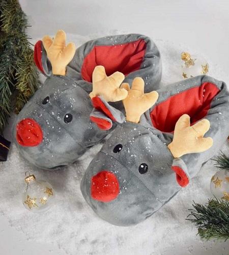 Rendier sloffen. Grappige kerst pantoffels in de vorm van schattige rendiertjes.