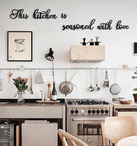 """Decoratieve muurtekst in keuken """"This Kitchen Is Seasoned With Love""""."""