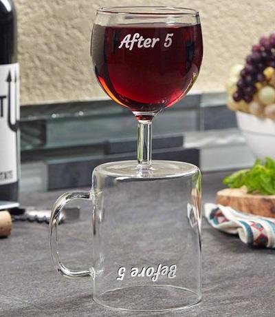 Wijnglas koffiebeker op tafel.