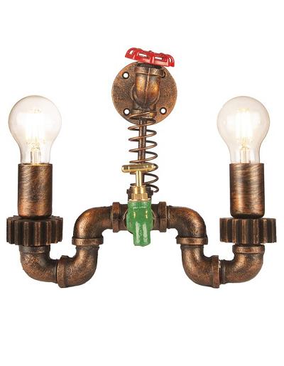 Industriële wandlamp van waterleidingen met tapkraantje en twee lichtpunten.