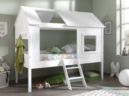 Eenpersoons boomhut bed in een kinderslaapkamer.