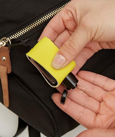 Mini flesje desinfecterende handgel voor onderweg met een clipje om het aan je tas te hangen.