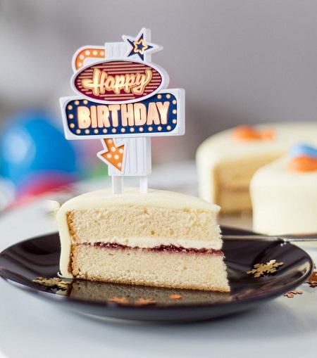 Happy Birthday caketopper met LED verlichting in een stuk verjaardagstaart.