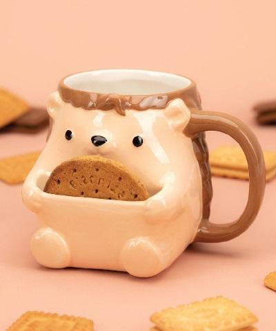 Schattige egel mok met een vakje voor een koekje.