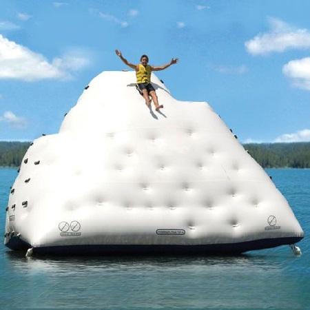 Gigantische opblaasbare ijsberg van 4 m hoog met klimwand en glijbaan.