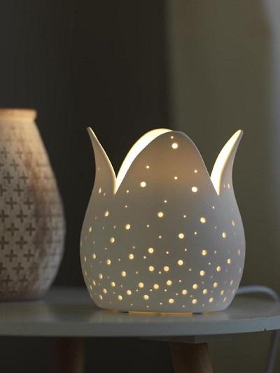 Sfeervolle tafellamp in de vorm van een tulp.