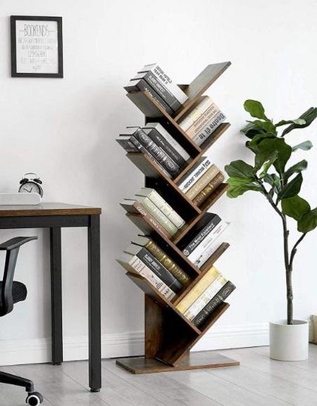 Boekenkast boom naast een bureau.