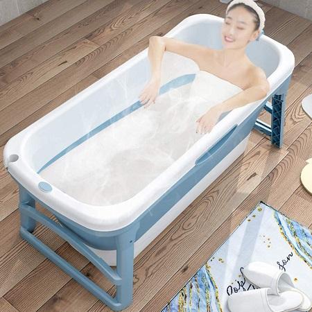 Vrouw in een opvouwbaar bad