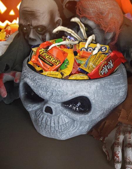 Halloween schaal met grijpende skelet hand.