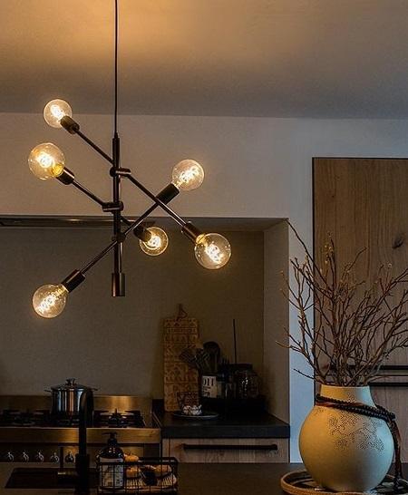 Sfeervolle industriële hanglamp met zes lichtbronnen in een keuken.