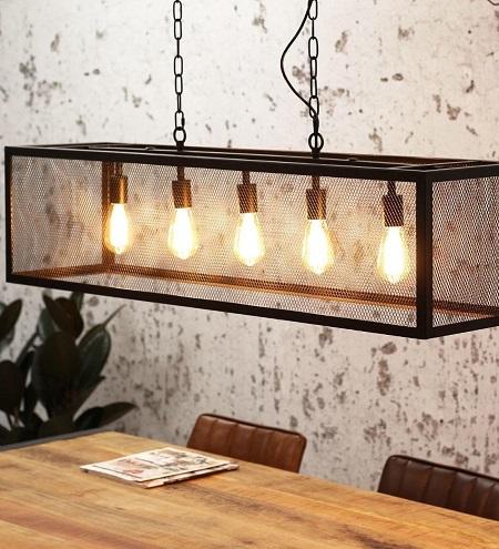 Sucre industriële hanglamp met 5 lichtpunten boven een eettafel.