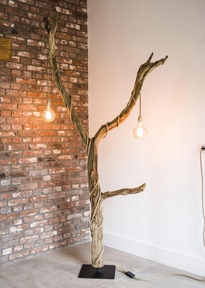 Houten vloerlamp boom met twee grote gloeilampen.