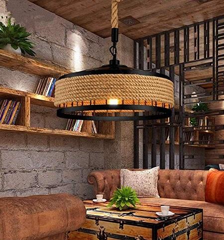 Industriële hanglamp met groot rond metalen frame dat omwonden is met hennep touw.
