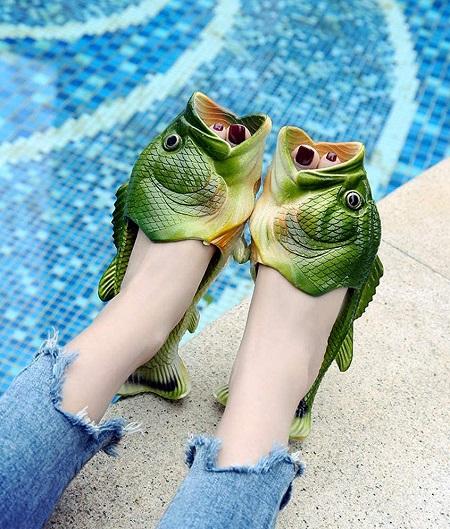 Vis slippers bij een zwembad.