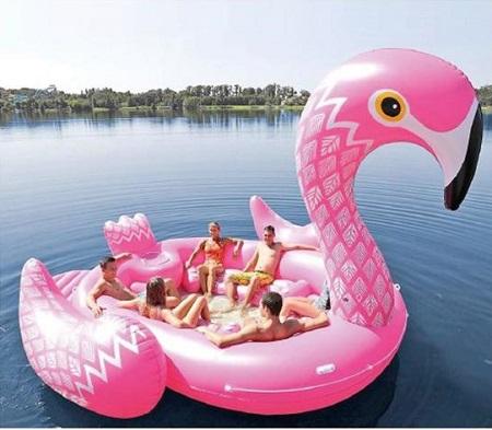 Enorme opblaasbare flamingo. Voor als je op het strand de show wilt stelen.