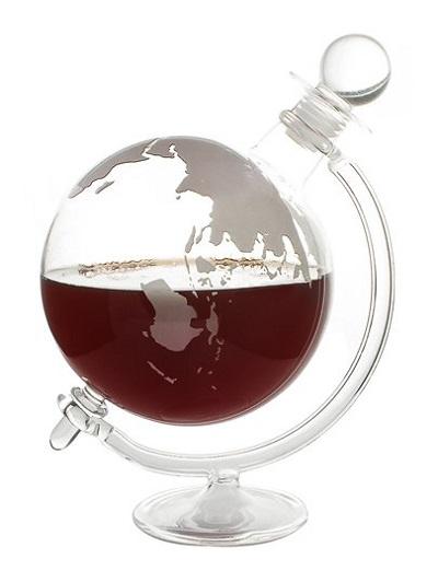 Mooie wijn decanteer karaf in de vorm van een wereldbol.