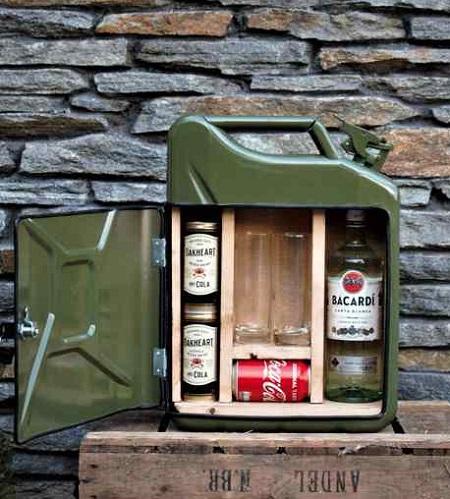 Met deze jerrycan bar presenteer je je drankvoorraad op een stoere manier en neem je hem ook eenvoudig met je mee.
