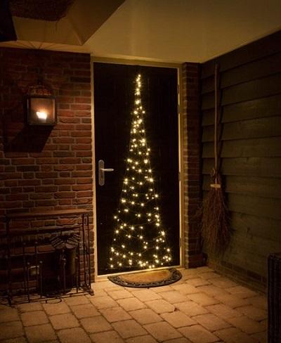 Deze mooie kerst deurverlichting geeft met zijn warm witte LED verlichting zowel binnen als buiten een prachtige sfeer.