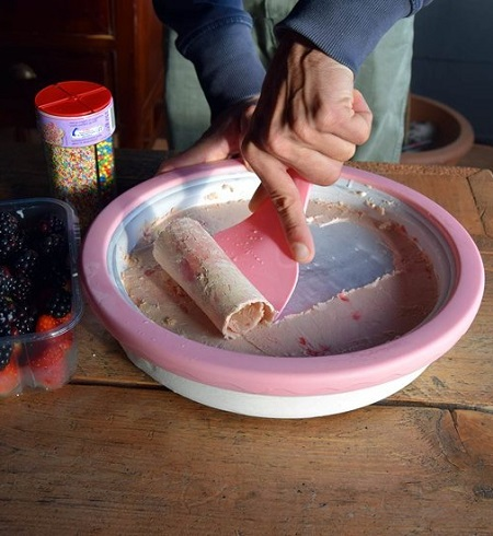Maak zelf heerlijke ijsrolletjes met deze mini rolling ijs grill.