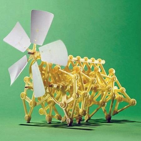 Mini strandbeest bouwpakket. Niet alleen leuk om te bouwen maar ook om hem vervolgens zelfstandig te zien lopen.