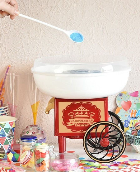 Met deze nostalgische suikerspinmachine geniet je voortaan eenvoudig vanuit huis van een heerlijke zelfgemaakte suikerspin.