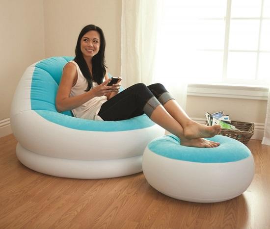Opblaasbare loungestoel met losse voetensteun. Ideaal als je tijdens het kamperen even heerlijk ontspannen wilt lezen of lekker wilt liggen bruin bakken.