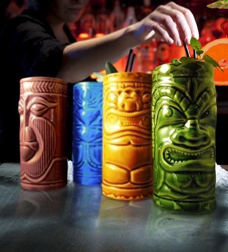 Deze tiki mugs brengen een tropisch tintje in huis. Erg leuk voor Hawaiiaanse themafeesten. De tiki cocktailglazen zijn met de hand gemaakt en hebben ieder een andere kleur en design.
