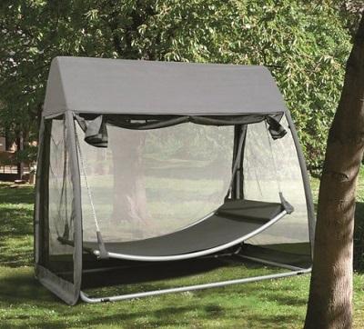 Deze hangmat met klamboe zorgt ervoor dat je van de zomer heerlijk in je tuin kunt relaxen zonder dat je gestoord wordt door muggen of vliegen.