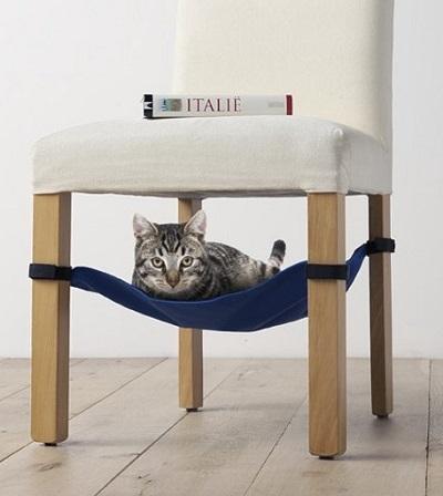 Deze katten hangmat voor onder de stoel biedt je kat een heerlijke en veilige plek om te slapen of de boel in de gaten te houden.