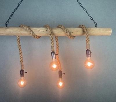 Touwlampen zijn een nieuwe trend binnen de verlichting. Deze mooie touwlampen aan een boomstam zijn een bijzondere eye-catcher in je woning.