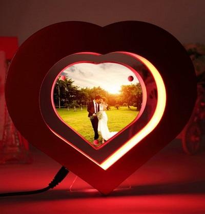 Geef de foto van je geliefde of je kinderen op een unieke manier een plekje met deze zwevende fotolijst in de vorm van een hart.