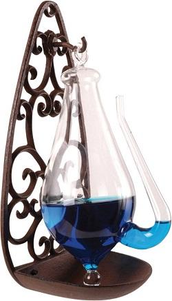 Donderglas, waterbarometer die hangt aan een sierlijke gietijzeren houder.