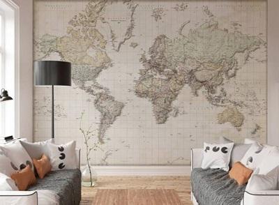 fotobehang wereldkaart op de muur in een woonkamer met een bankstel op de voorgrond.