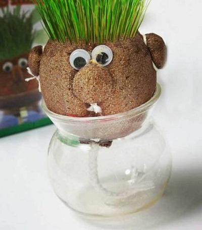 Grass head - grashoofd in een vaasje op tafel.