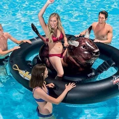 Opblaasbare rodeostier in een zwembad