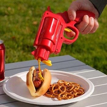 Saus dispenser pistool waarmee je je hotdog of hamburger op een leuke manier mee van ketchup of mosterd kunt voorzien.
