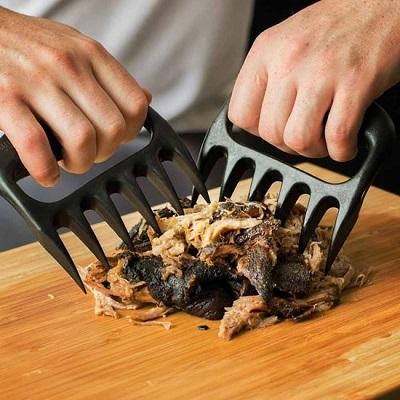 Vlees klauwen om pulled pork te maken.
