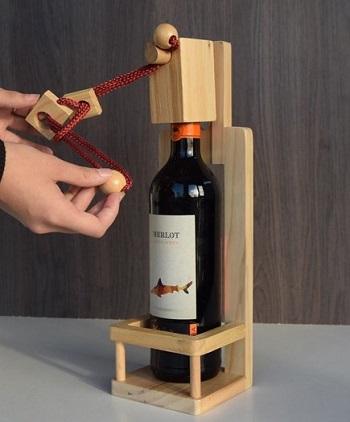 Houten wijnfles puzzel. De puzzel moet eerst opgelost worden voordat de wijn gedronken kan worden.