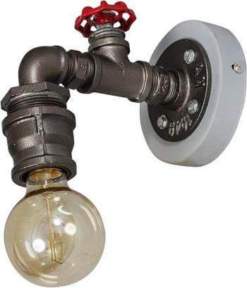 Industriële wandlamp gemaakt van oude waterleidingen... compleet met rode brandkraan.