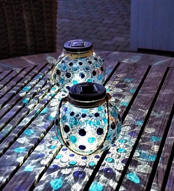 Solar Glazen Lantaarn set Blauw – 2 ronde glazen lantaarns met Led verlichting - Solarlamp met mozaïek lichteffect en handvat – Buitenlamp / Tafellamp op zonne energie – ook USB oplaadbaar! – dag/nacht sensor