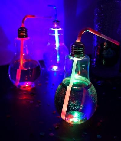 Twee cocktailglazen in de vorm van een gloeilamp die aan de onderkant sfeervol verlicht worden door een LED lampje.